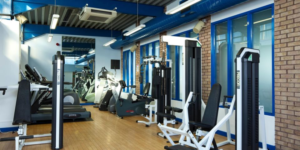 Man Crowne Plaza gym