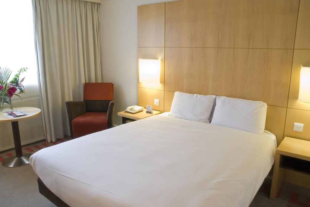 Manchester Britannia Airport Hotel bedroom